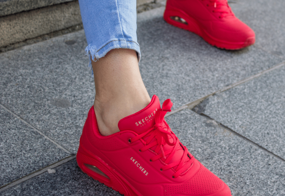 4 ideas de «outfits» que no te dejarán indiferente para llevar con zapatos deportivos de mujer